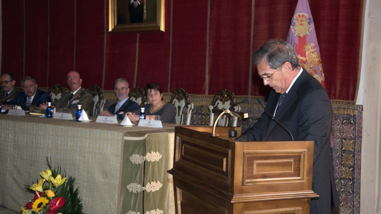 """La conferencia, parte central del acto, fue pronunciada por D. José Manuel Barbeito Díaz, profesor de la Escuela Técnica Superior de Arquitectura de Madrid, con el tema """"Gaspar de Vega y el Alcázar de Segovia""""."""