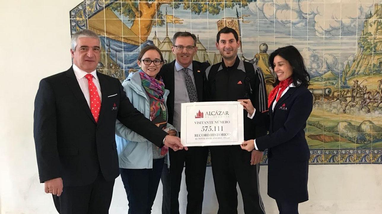 Hoy 19 de octubre, a las 11:11 h., Irene Juliá de la Puerta y David Talavera Leopori, una pareja de novios procedentes de Moncofa, un municipio de la provincia de Castellón, han sido los turistas que han superado el récord de 575.110 visitantes anuales, que el Alcázar ostentaba desde 2015.