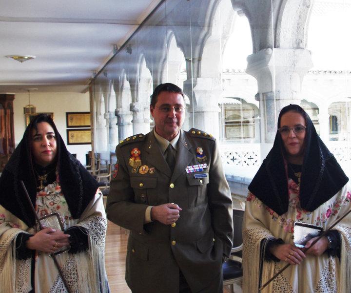 Las hermanas Esther y Elena de Andrés, alcaldesas de Zamarramala, con El Coronel Alcaide del Patronato del Alcázar, Ilmo. Sr. D. José María Martínez Ferrer