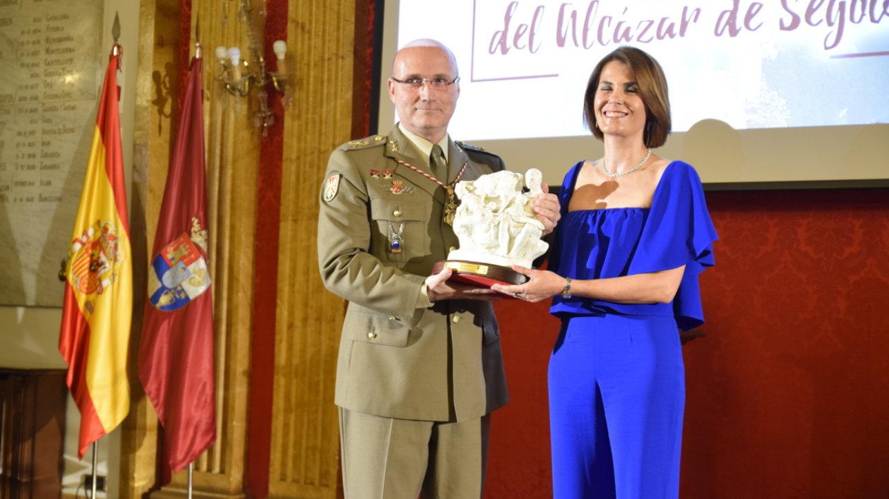 El General Presidente del Patronato del Alcázar, Excmo. Sr. D. Íñigo Pareja Rodríguez, recogió el Premio en representación del Patronato, que le fue entregado por Dña. Magdalena Rodríguez, Diputada de Prodestur, el organismo turístico de la Diputación.