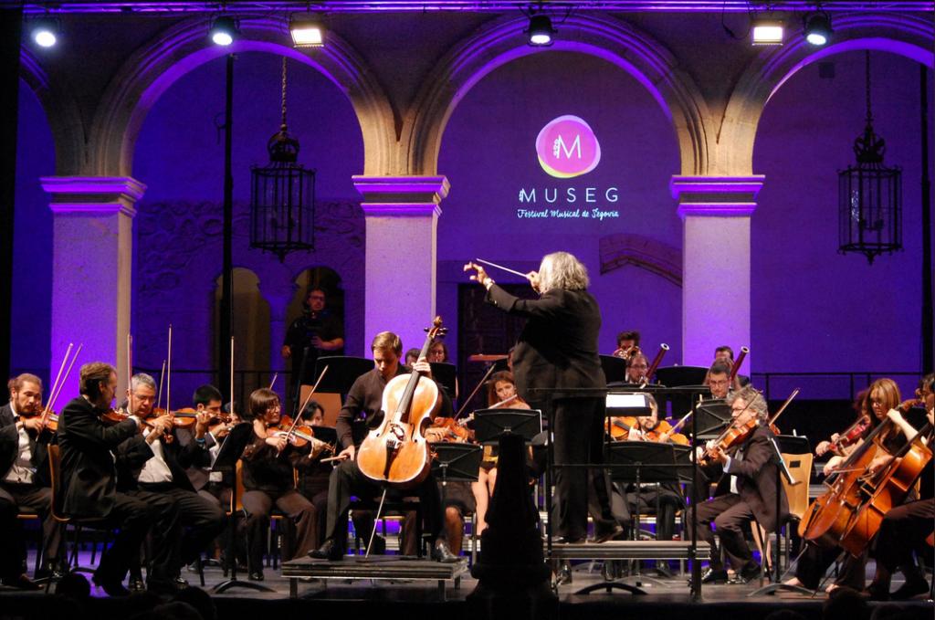 El violonchelista Peter Schimidt y la Orquesta Ciudad de Segovia en el Alcázar de Segovia
