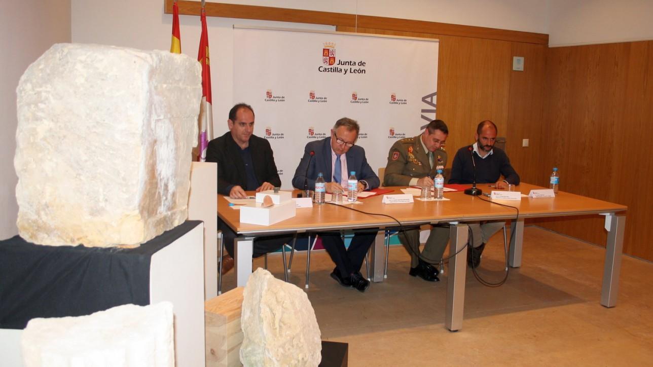 El delegado territorial de la Junta en Segovia, Javier López-Escobar, y el director de la Academia de Artillería y alcaide del Alcázar, el coronel José María Martínez Ferrer