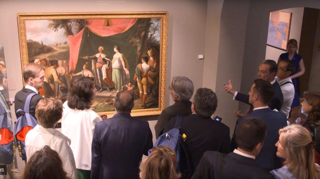 Los reyes D. Felipe y Dª. Letizia, acompañados por el ministro de Asuntos Exteriores, Josep Borrell, realizaron una visita a la exposición