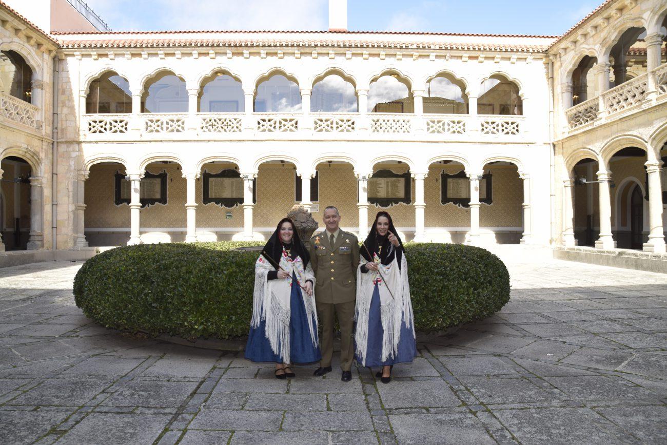 Las dos alcaldesas, las hermanas Elisabet y Débora Velasco Otero, en la Academia de Artillería con el Teniente de Alcaide del Patronato del Alcázar, Tcol. D. Ángel Manuel Borao Bastardo.