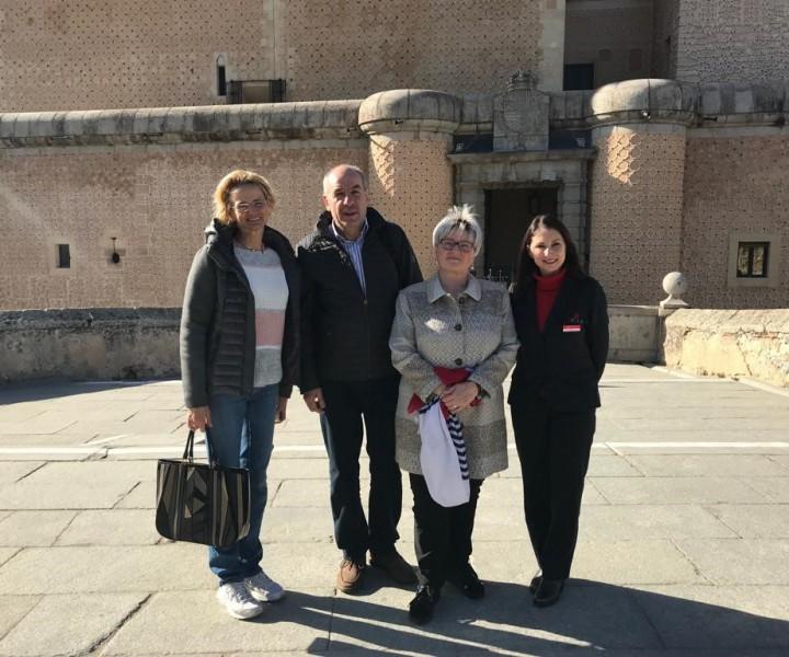 El presidente del Tribunal Constitucional de Hungría, el Sr. Tamás Sulyok acompañado de su esposa y de la embajadora de Hungría en nuestro país, Excma. Sra. Dña. Enikő Győri, visitó el Alcázar de Segovia.