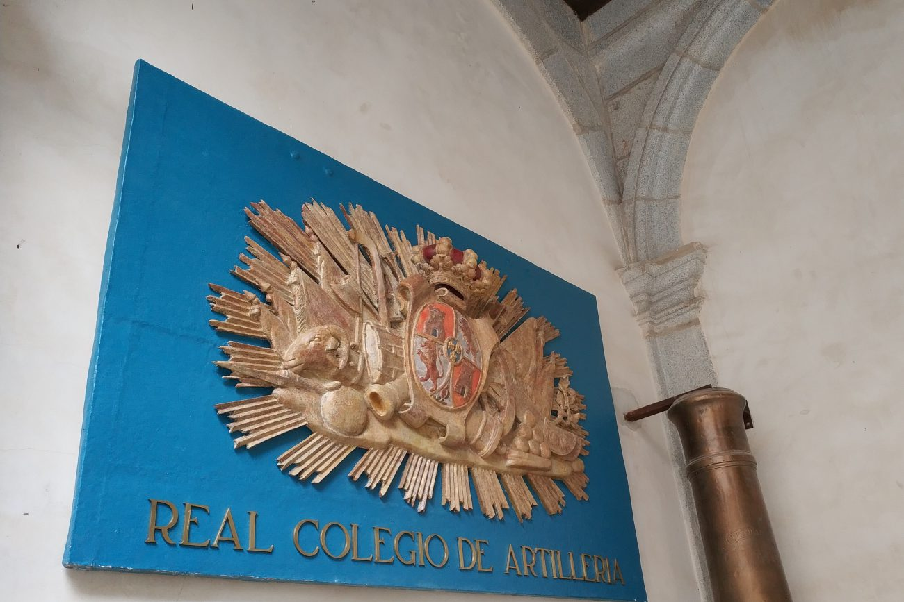 Escudo del Real Colegio de Artillería en el ALcázar (2)