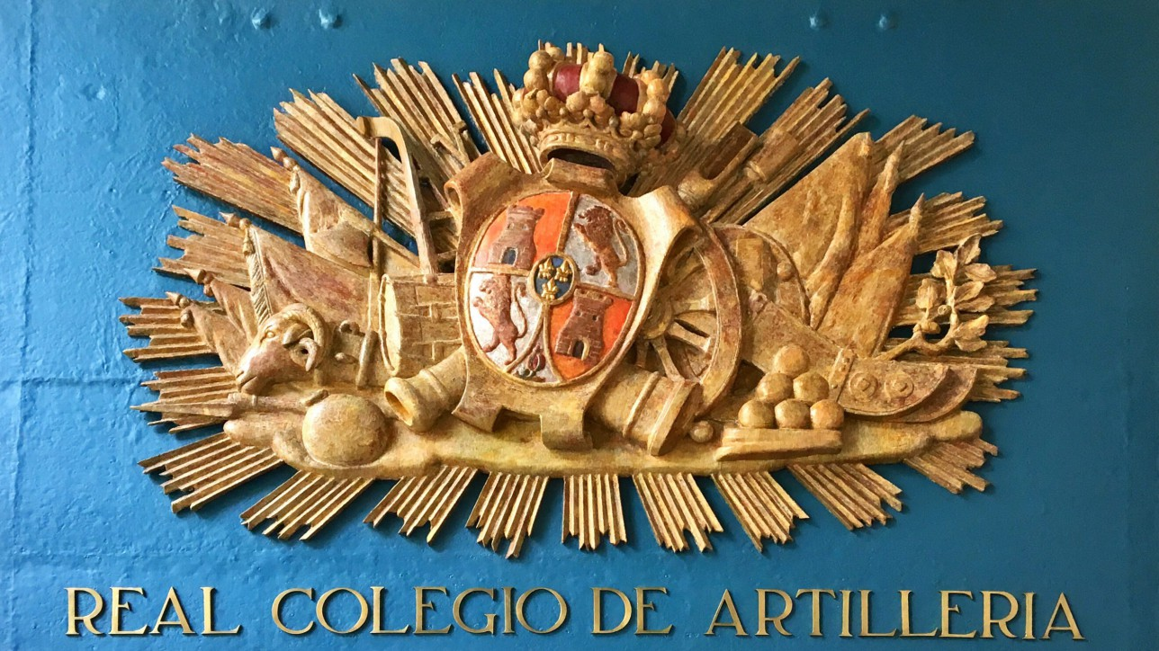 Escudo del Real Colegio de Artillería en el Alcázar. Se trata de un escudo de madera y plomo, del siglo XVIII o XIX, época en la que el Alcázar fue sede del Real Colegio.