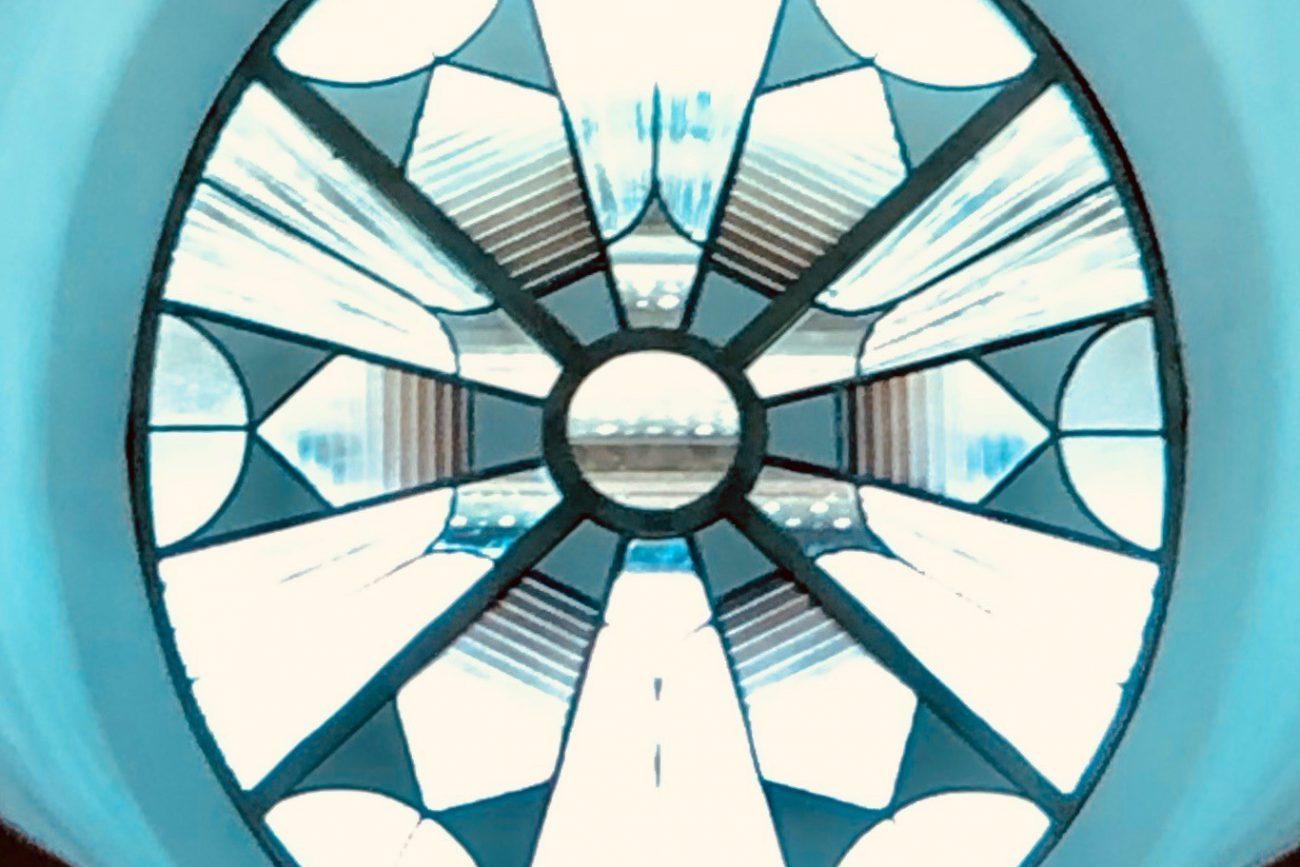 Óculo Casa de la Química - La última obra realizada por el taller de Muñoz de Pablos, por encargo del Patronato del Alcázar, ha sido recientemente instalada: se trata de un conjunto de tres vidrieras para el cerramiento de los óculos de la sala principal de la Casa de la Química, a juego con la claraboya instalada en la misma sala en el año 2001, diseñada por el mismo artista.